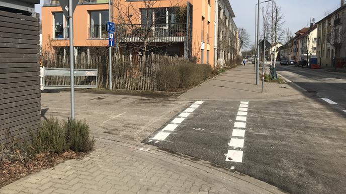 An den Einmündungen sind im Laufe der Bauarbeiten neue Markierungen entstanden, die fast die gesamte Breite des Gehwegs einnehmen. Die Anwohner fürchten neue Konflikte zwischen Fahrradfahrern und Fußgängern.