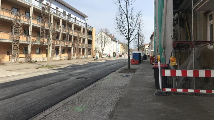 Eine weitere Baustelle an einem Haus auf der anderen Straßenseite zeigt, wie eng der gemeinsame Geh- und Radweg an der Durmersheimer Straße ist. Für Fahrradfahrer war er während der Straßensperrung mit einem blauen Schild als benutzungspflichtig ausgewiesen. Diese Baustellenschilder sind mittlerweile wieder verschwunden.