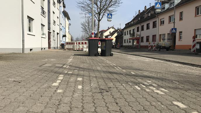 Relikte eines alten Flickenteppichs: Auf dem Gehweg an der Durmersheimer Straße sind teilweise noch alte Markierungen für Fahrradfahrer zu erkennen. Anwohner monieren, dass nie wirklich klar war, wo Radler fahren dürfen, sollen oder müssen.