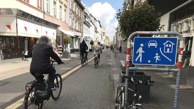 Belebte Nord-Süd-Achse: Während der Bauarbeiten in der Karlstraße müssen Fahrradfahrer auf die südliche Waldstraße ausweichen. Dort ist eigentlich nur Schrittgeschwindigkeit erlaubt.
