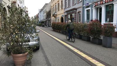 Anwohner und Gewerbetreibende beklagen, dass am Rand der südlichen Waldstraße kaum Platz für Fußgänger ist. Laufen sie aber in der Mitte, werden sie oft von zu schnellen Fahrradfahrern weggeklingelt.