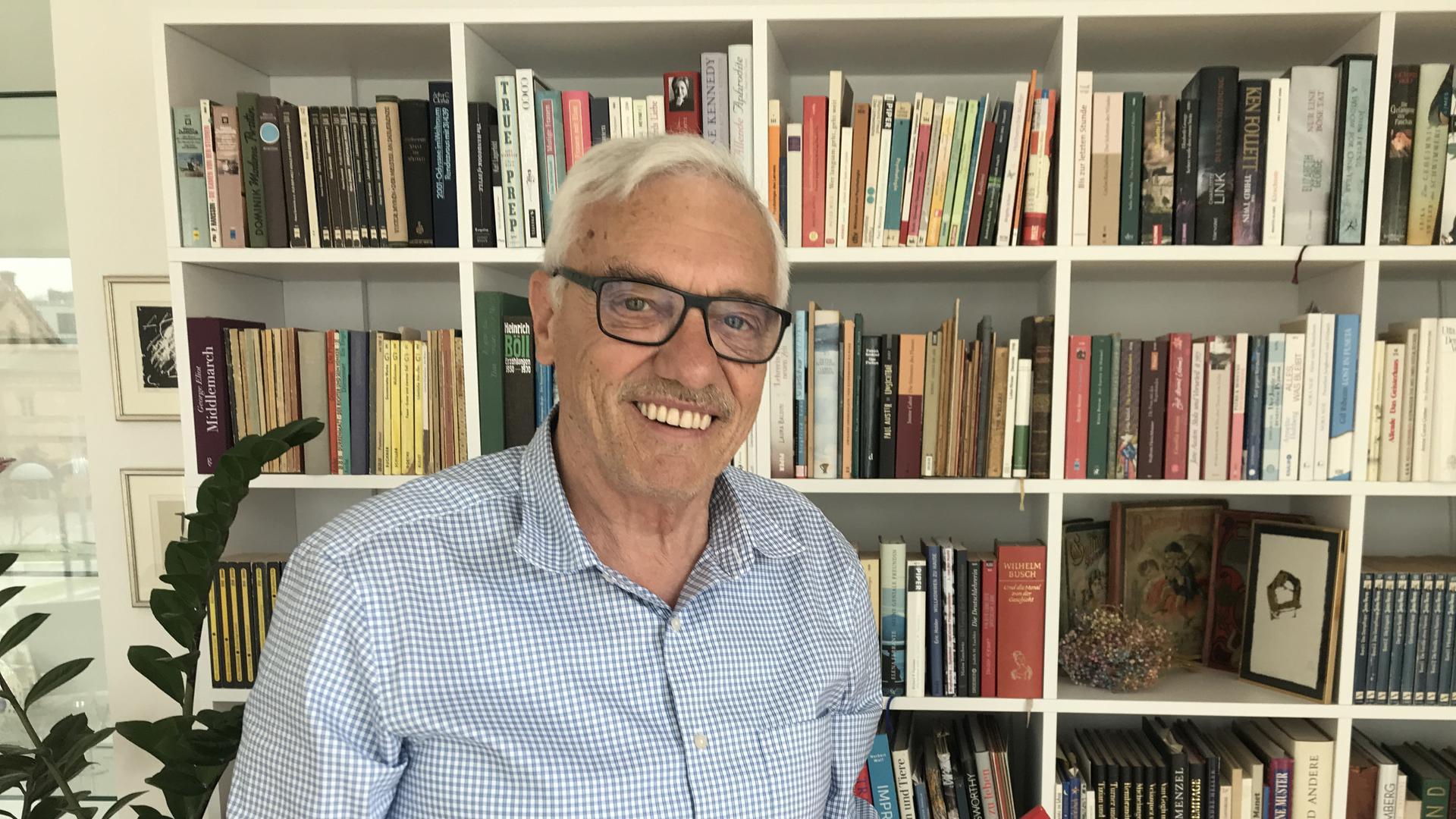 """Michael Rotert steht vor einem Bücherregal in seiner Landauer Wohnung. Er ist einer der Wissenschaftler, die 1984 den ersten deutschen E-Mail-Server Deutschlands in Karlsruhe zum Laufen brachten. Die Nachricht aus den USA, die oft als """"erste E-Mail Deutschlands"""" bezeichnet wird, war an Rotert adressiert."""
