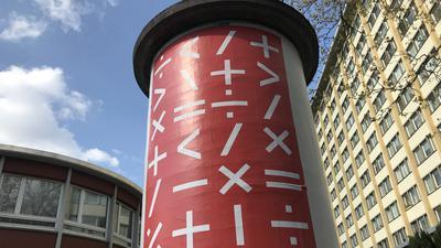 Wie hier vor dem neuen Café Böckeler an der Kreuzung der Mathy- und Ritterstraße hängen in Karlsruhe und Umgebung seit Anfang April viele mysteriöse rote Plakate.