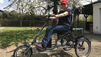Die rote Mütze als Markenzeichen: Mit ihrem Dreirad ist Brigitte Biallas in und um Karlsruhe mobil.