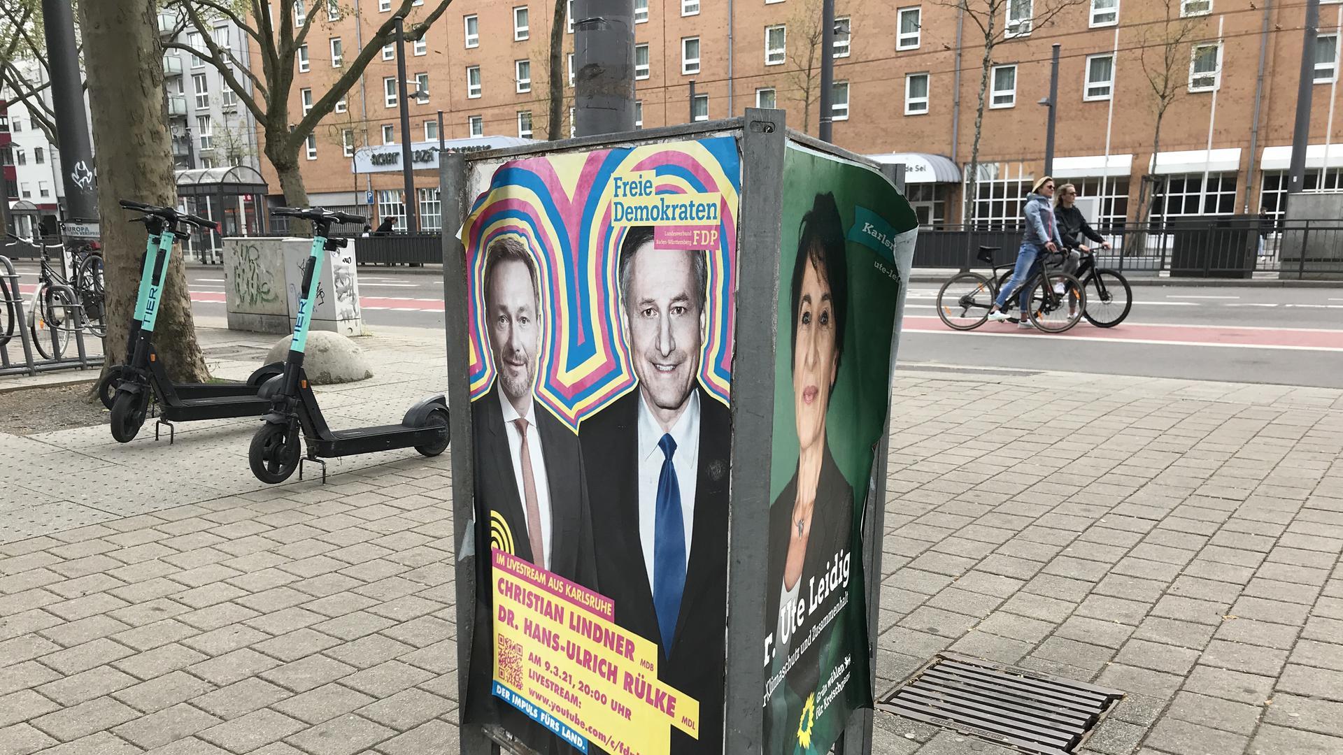 So wie diese Exemplare von FDP und Grünen hängen oder stehen im Karlsruher Stadtgebiet auch fast zwei Monate nach der Landtagswahl noch Wahlplakate.