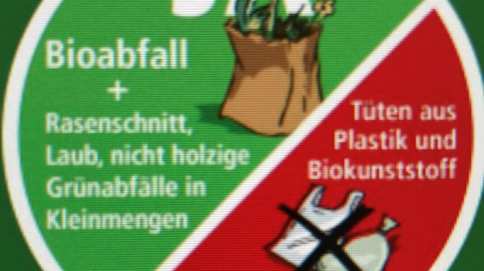 Mit diesen Aufklebern will die Stadt die Mülltrennungsmoral in Karlsruhe verbessern.