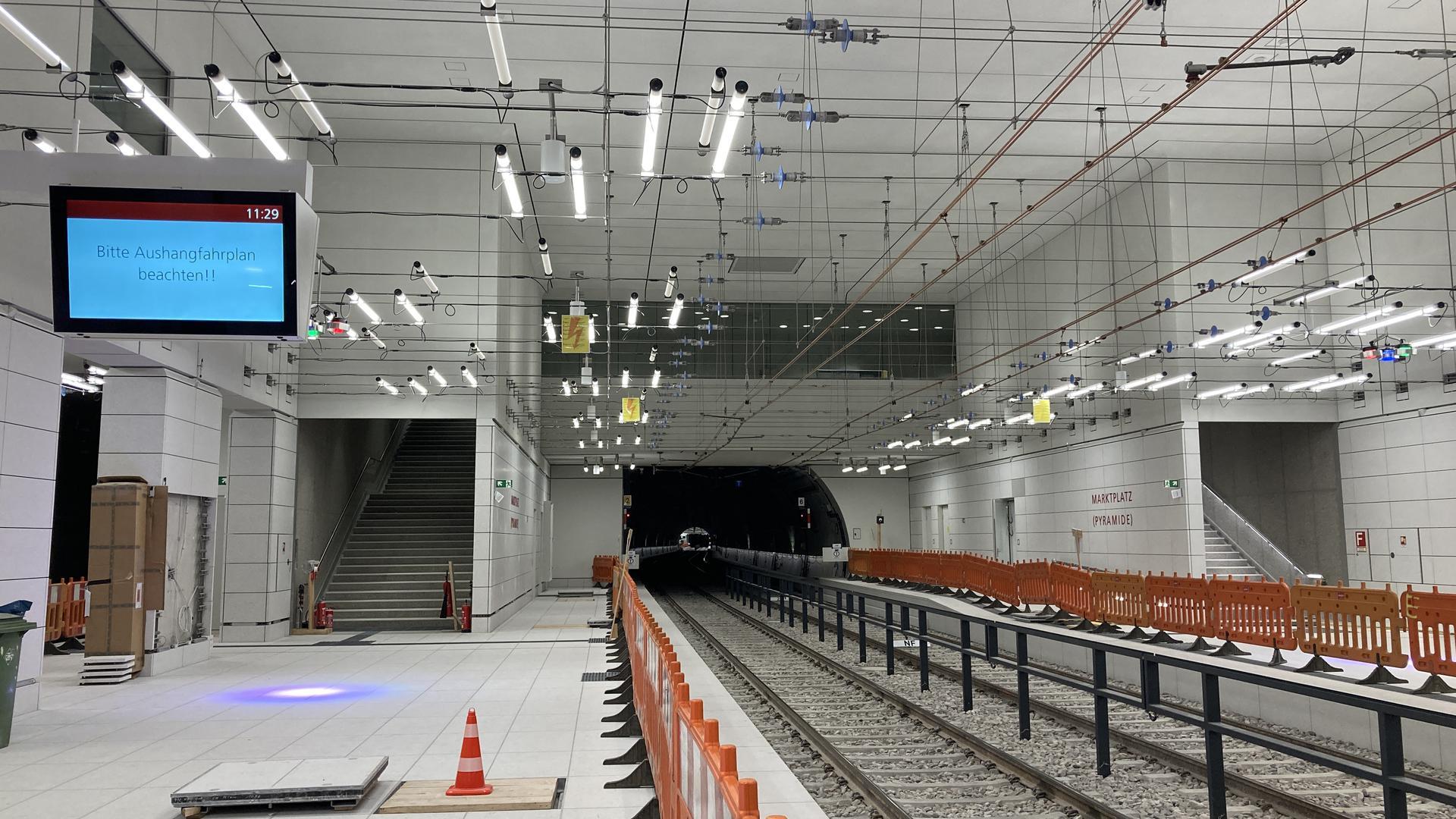 Hier rollen bald Bahnen mit Passagieren: Momentan fährt die U-Strab nur im Testbetrieb. Die unterirdischen Haltestellen erhalten noch letzte Feinschliffe.