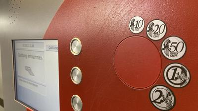 Die Münzgeld-Schlitze sind verschlossen: In mehreren Parkgaragen in Karlsruhe kann nur noch mit Karte bezahlt werden.