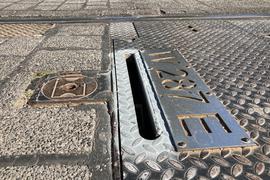 Nachgebessert: Den Weichenstellschlitz am Fußgängerüberweg zwischen Schiller- und Virchowstraße haben die Verkehrsbetriebe leicht verengt, nachdem ein Karlsruher mit seinem Fahrradreifen hineingerutscht war.
