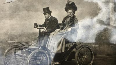 Henriette und Alwin Vater im Jahr 1900 auf einem der ersten motorbetriebenen Fahrzeuge.