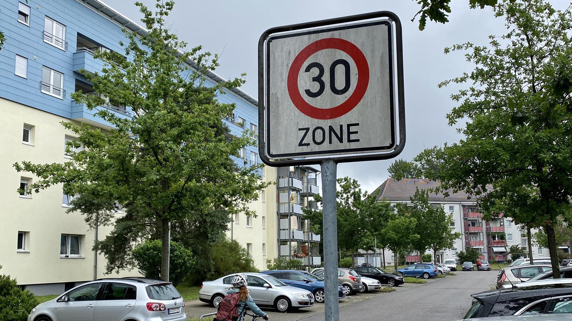 Mischverkehr: In Tempo-30-Zonen fahren Fahrradfahrer gemeinsam mit Autos auf der Straße. Eigene Radwege gibt es hier in der Regel nicht.