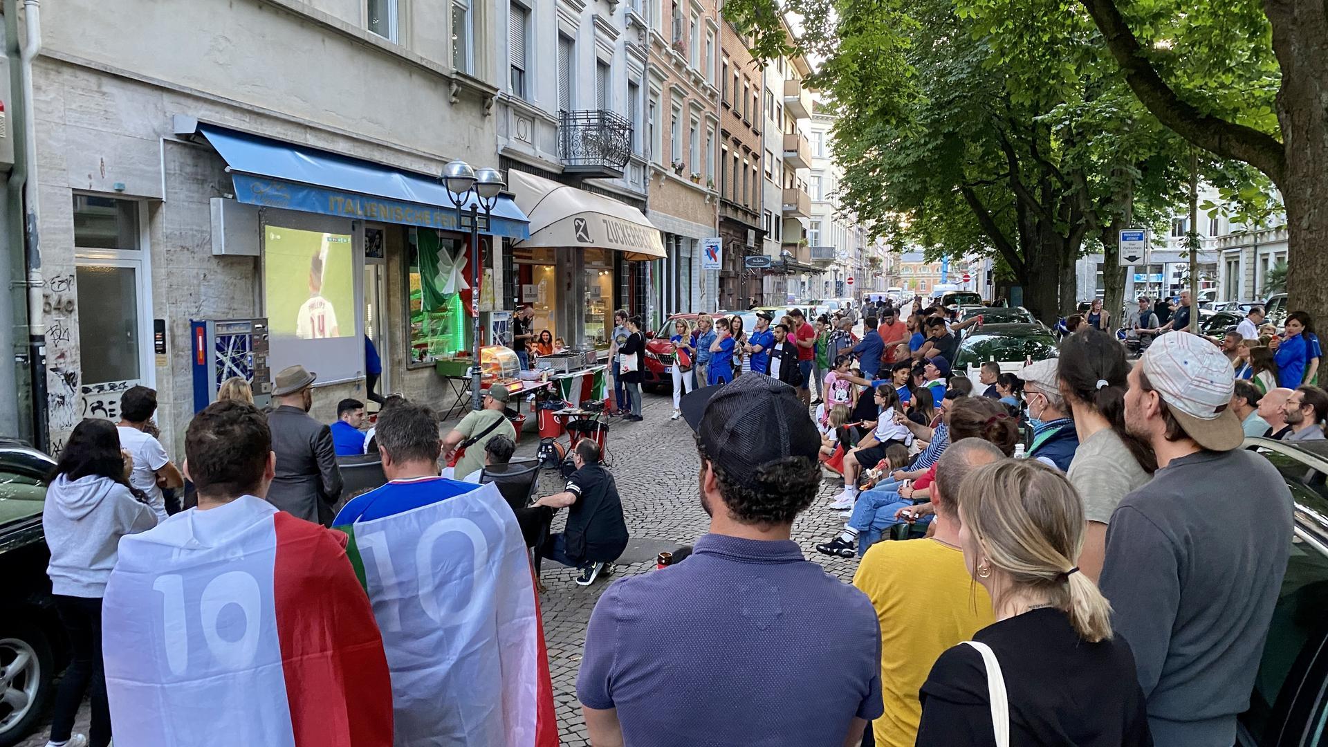 Public Viewing vor dem italienischen Feinkostladen am Werderplatz.