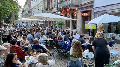 Public Viewing vor dem Rosa am Werderplatz in der Karlsruher Südstadt