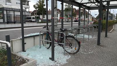 Zehntausende Euro Schaden verursachten bislang unbekannte Täter, als sie auf zwei Dutzend Haltestellen im Karlsruher Stadtgebiet schossen.