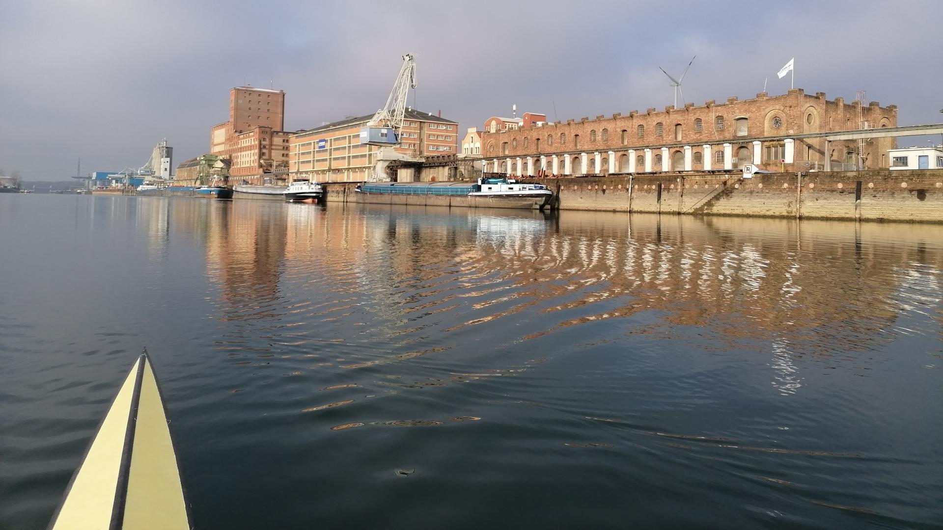 Heck eines Ruderboots auf dem Wasser im Karlsruher Hafen