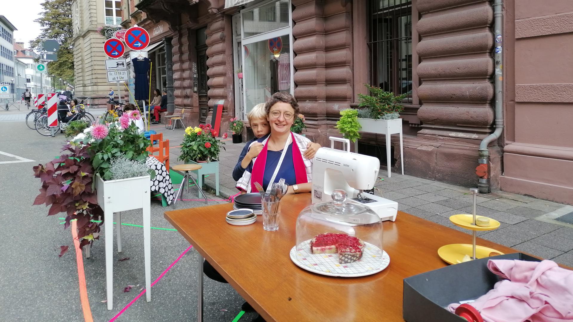 """Auf der Straße vor dem Schneideratelier von Marina Petrikat in der Kreuzstraße gibt es am """"Parking Day"""" Kaffee und Kuchen. Ab Samstag parken dort wieder Autos."""