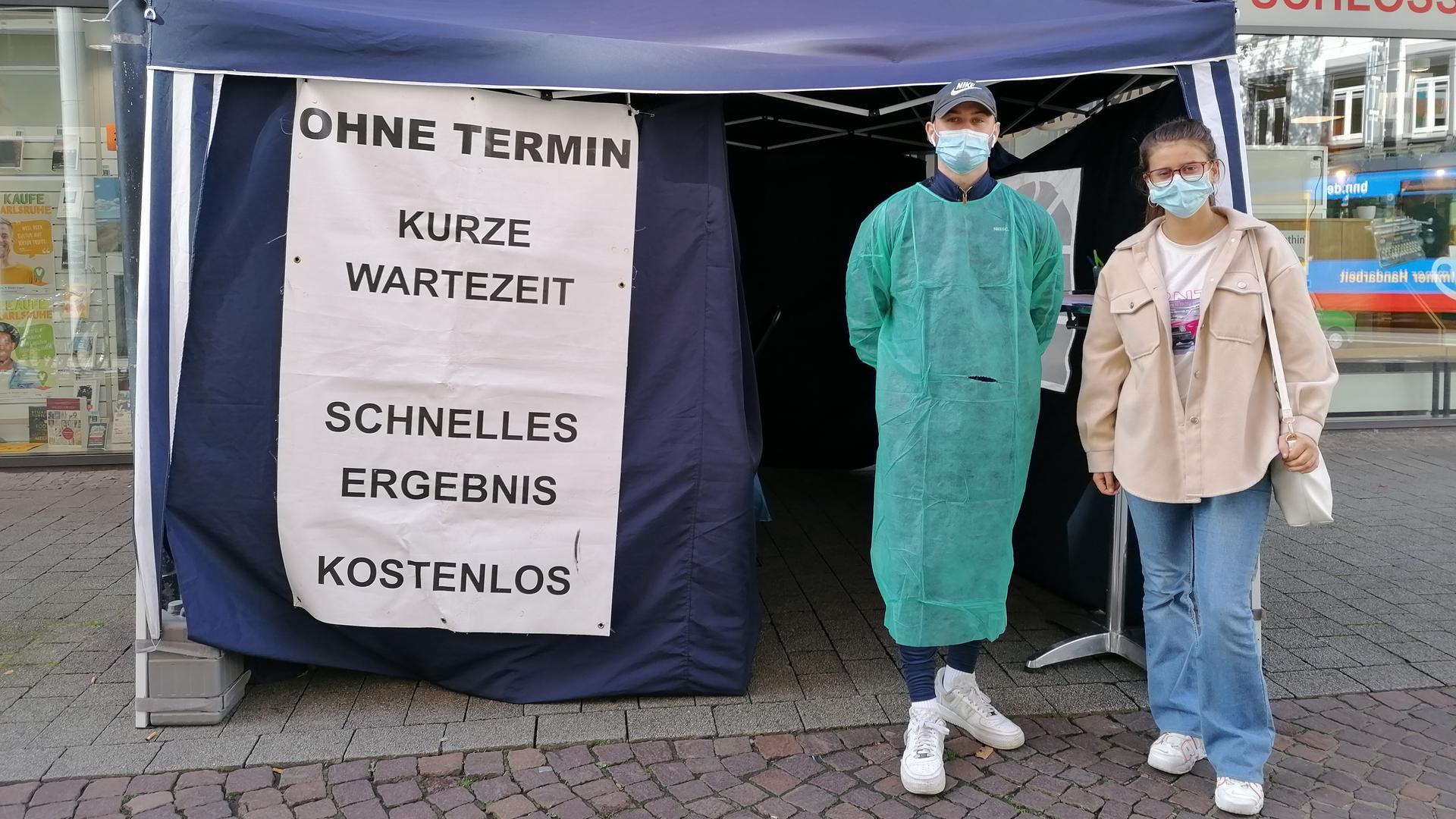 Desire (rechts) und Tester Fabio vor dem Testzelt in der Kronenstraße