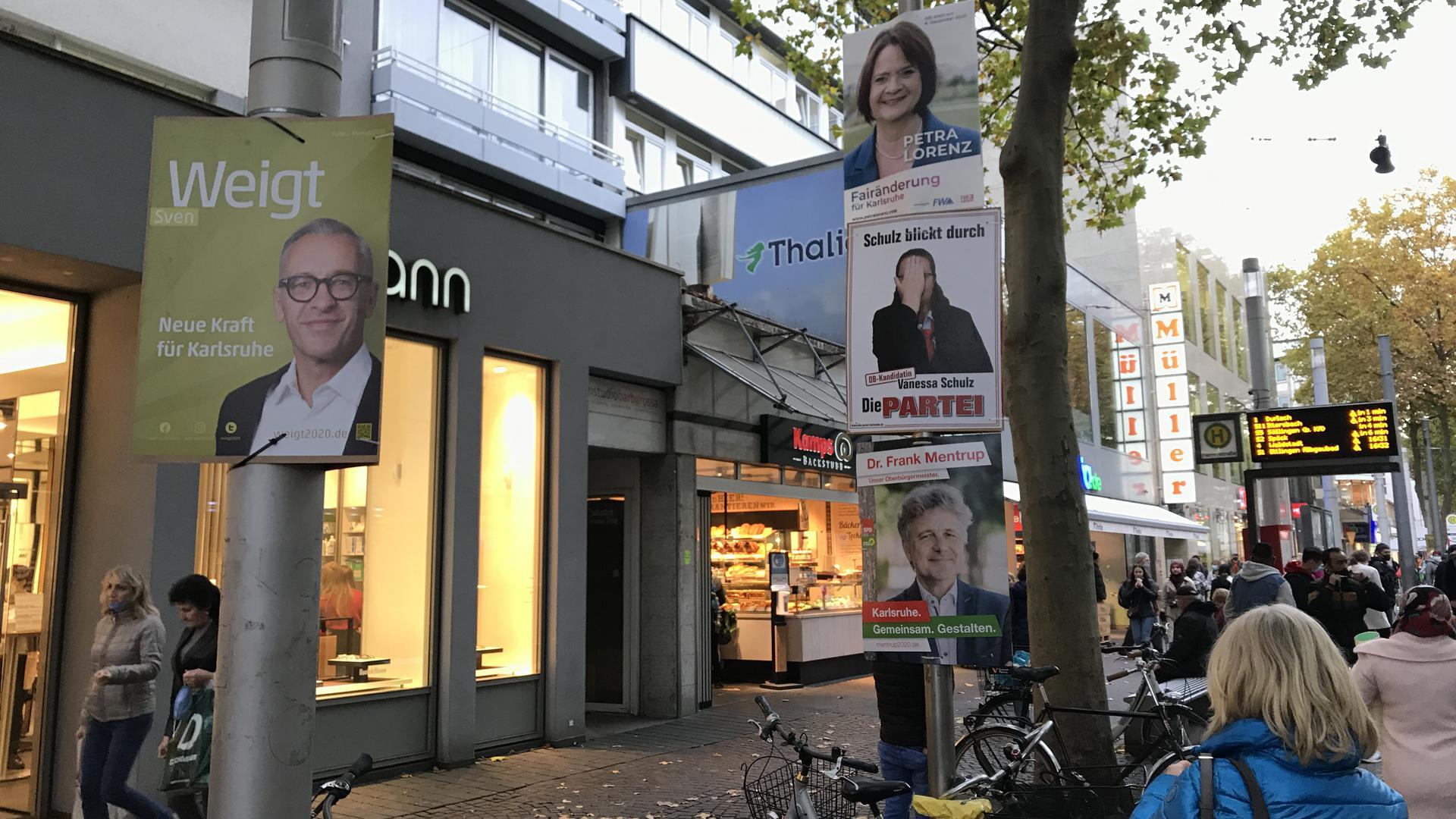 Stapelweise Lächeln: In der Kaiserstraße präsentieren sich vier OB-Kandidaten.