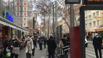Frühstart: Am Montag herrscht in der Kaiserstraße schon reger Betrieb. Weil ab Mittwoch die meisten Betriebe schließen müssen, gehen viele jetzt Geschenke kaufen.