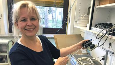 Ute Schepers zeigt in ihrem Labor am Karlsruher Institut für Technologie ein Modell, das Tierversuche ersetzen kann.