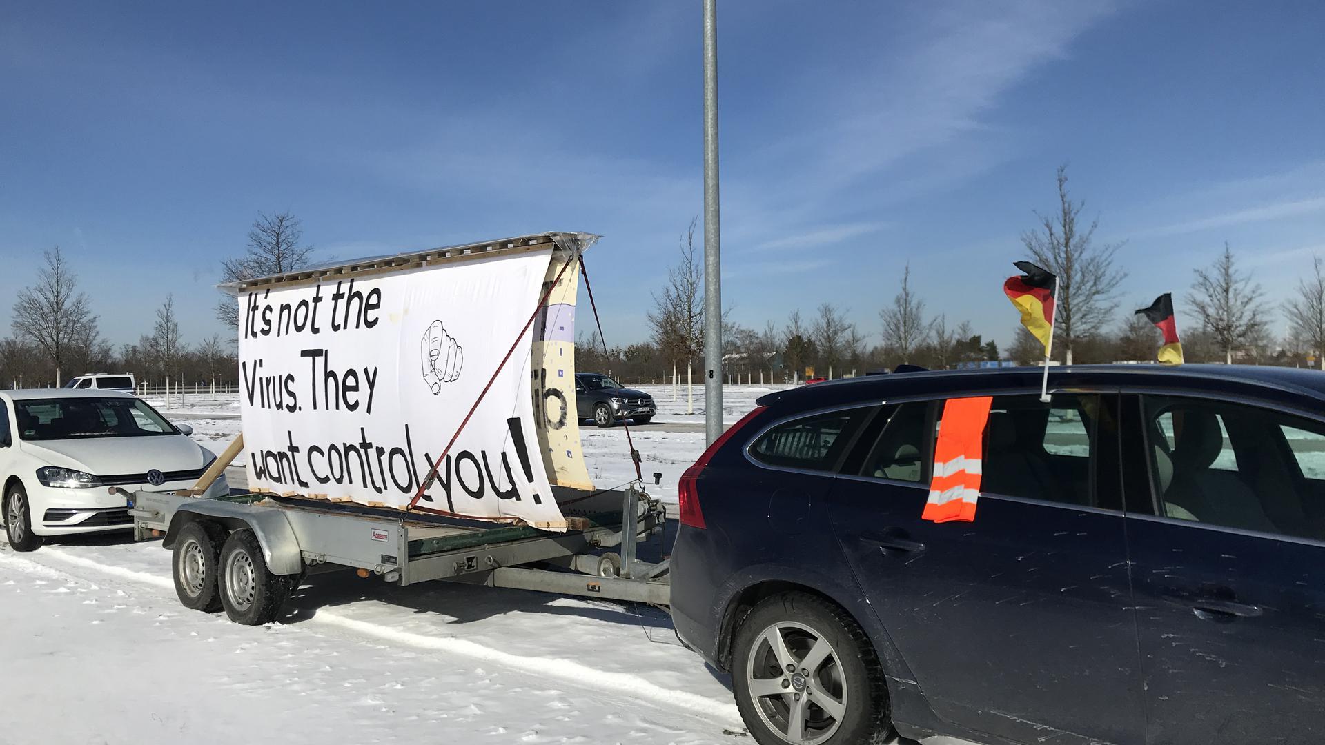 Mit Deutschlandfähnchen und Warnweste: Die Demonstranten wollen Corona-bedingte Einschränkungen der Grundrechte nicht länger hinnehmen.