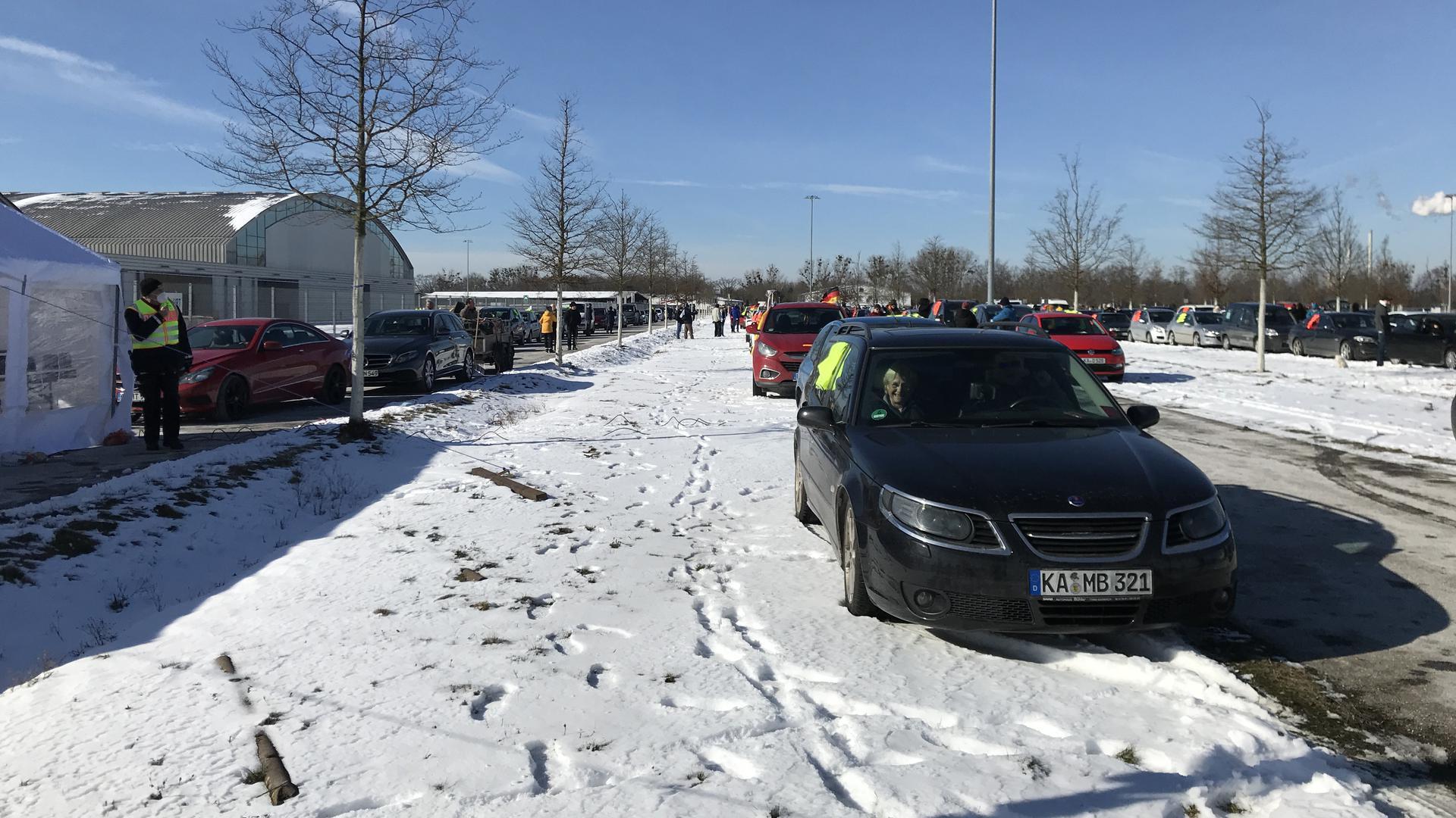 Zahlreiche Ordner werden benötigt, um die große Anzahl der Fahrzeuge gemeinsam und sicher zum Bundesverfassungsgericht zu bringen. Im Internet haben sich die Demonstranten zuvor abgesprochen, die Aufstellung wurde am Wochenende bereits geübt.