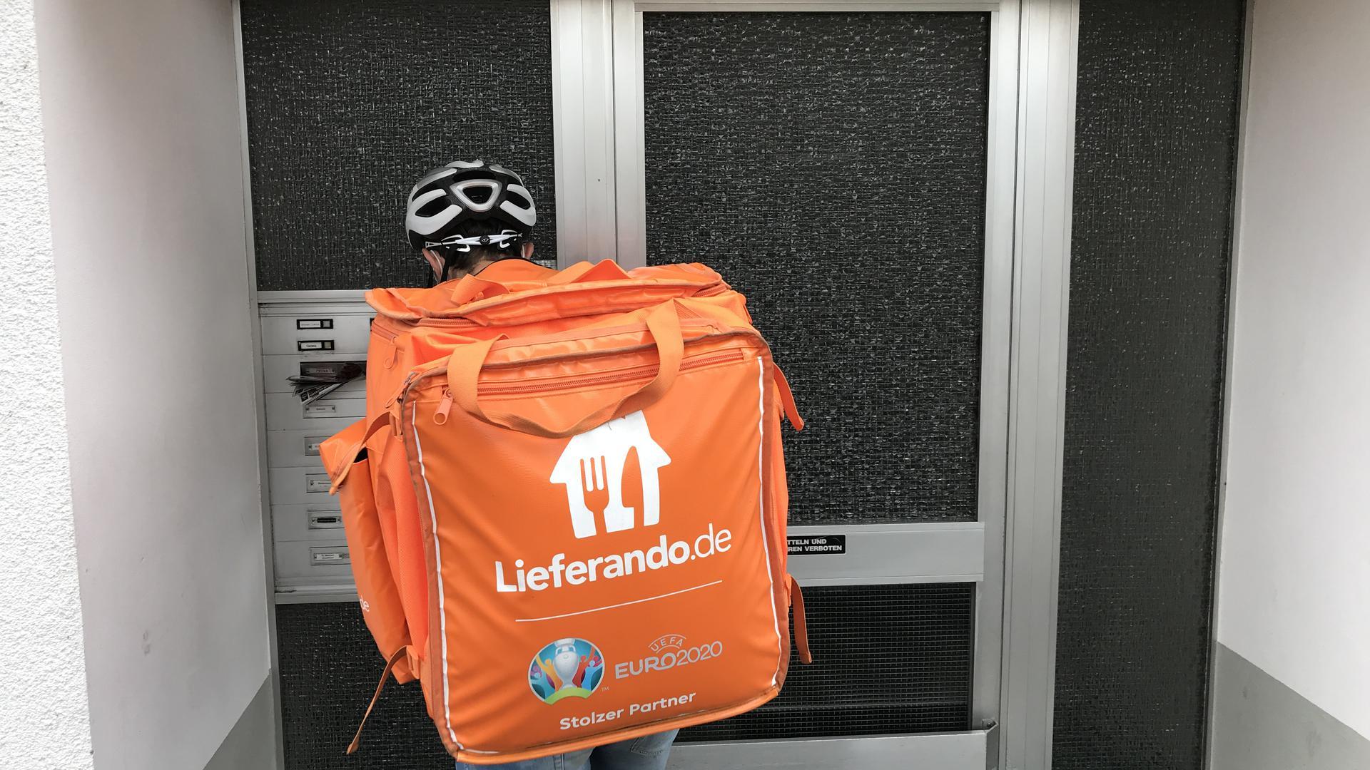 Kontaktlose Lieferung: Aus Hygienegründen stellt Markus Frenzeln die Lieferando-Ware im Treppenhaus des Kunden ab.