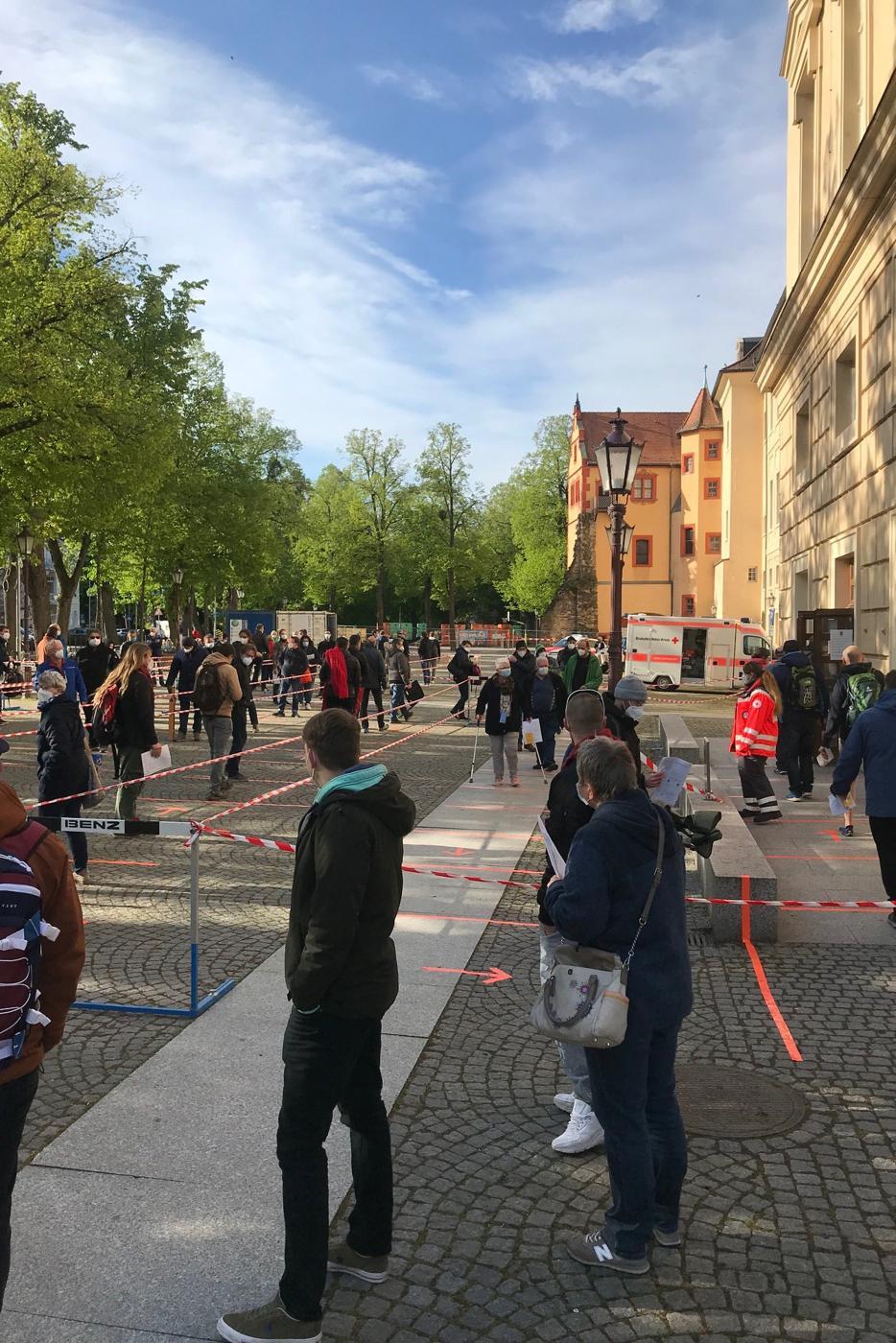 Andrang: Bereits eine Stunde vor Öffnung der Durlacher Karlsburg stehen Impfwillige Schlange.