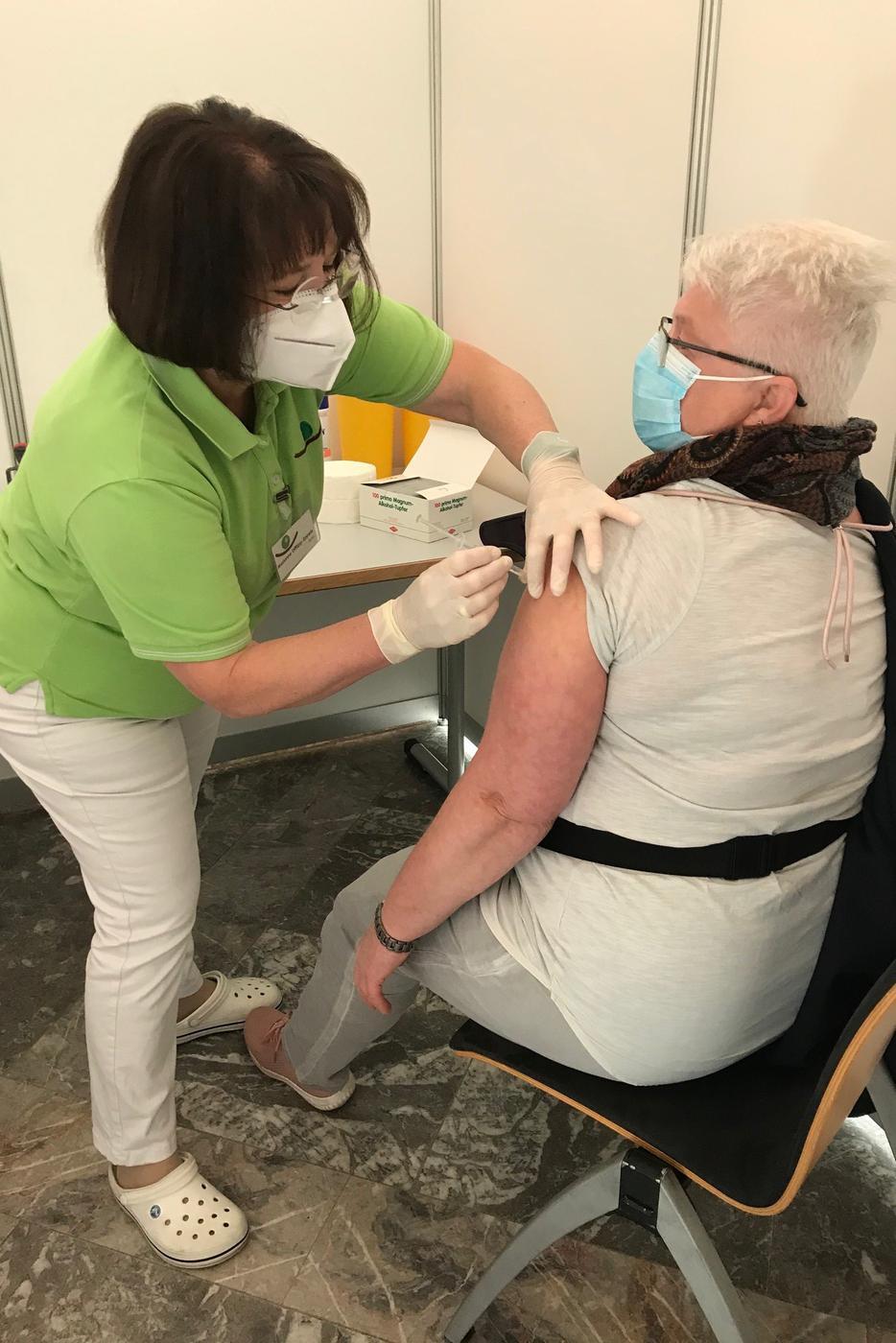 Ziel erreicht: Ärztin Marianne Difflipp-Epple spritzt Astrazeneca.