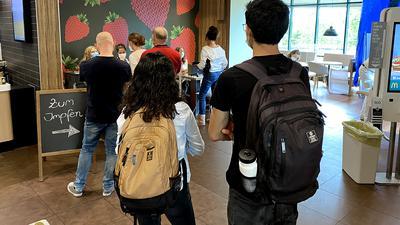 Kleine Schlange: Kurz nach Start der Impfaktion im McDonald's in Karlsruhe-Mühlburg warten bereits mehrere Personen auf ihre Spritze.