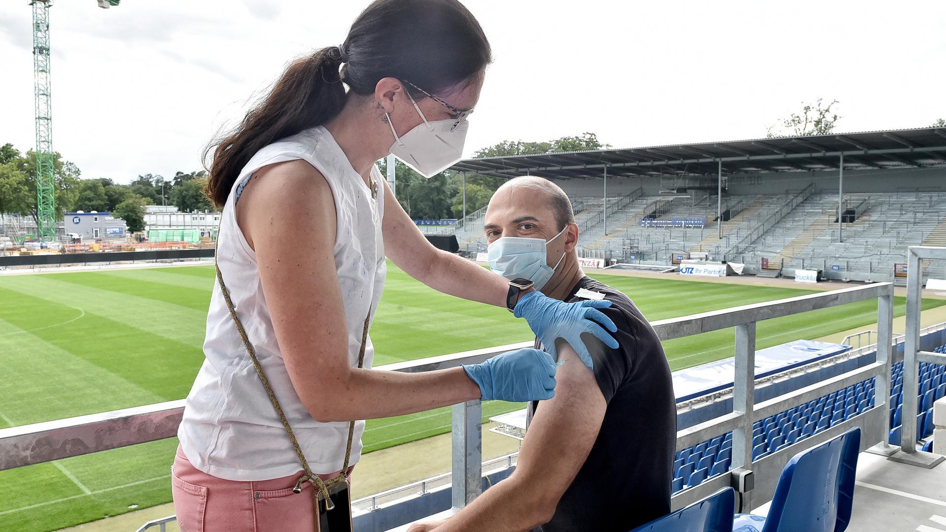 Pieks mit Aussicht: Markus Guggemos hat sich dazu entschieden, seine Zweitimpfung mit Biontech im Wildpark-Stadion zu bekommen.