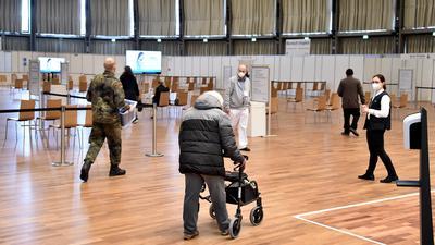 Impfstart in der Schwarzwaldhalle: Am Sonntag wurden erstmals und vorerst letztmals über 80 Jahre alte Senioren im neuen KIZ gegen das Coronavirus geimpft.