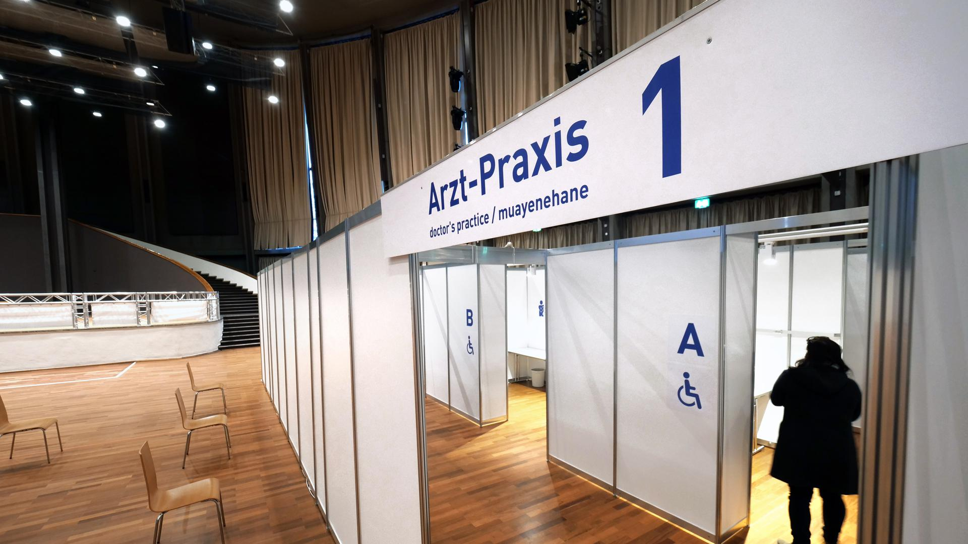 Zugang zu einer Arzt-Praxis im kommunalen Impfzentrum in der Schwarzwaldhalle