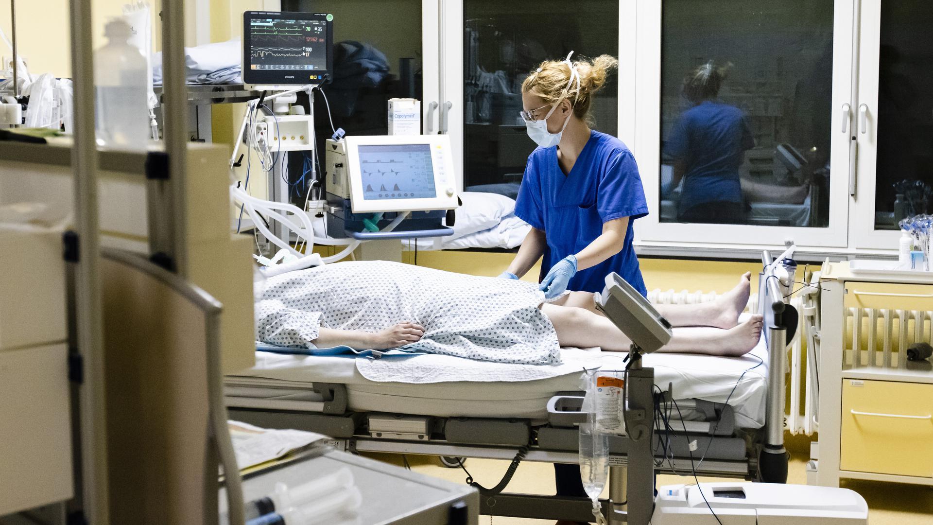 Überlastet: Das Pflegepersonal und damit die Krankenhäuser kämpfen mit der angespannten Lage auf den Intensivstationen, wo immer mehr Covid-Patienten behandelt werden müssen.