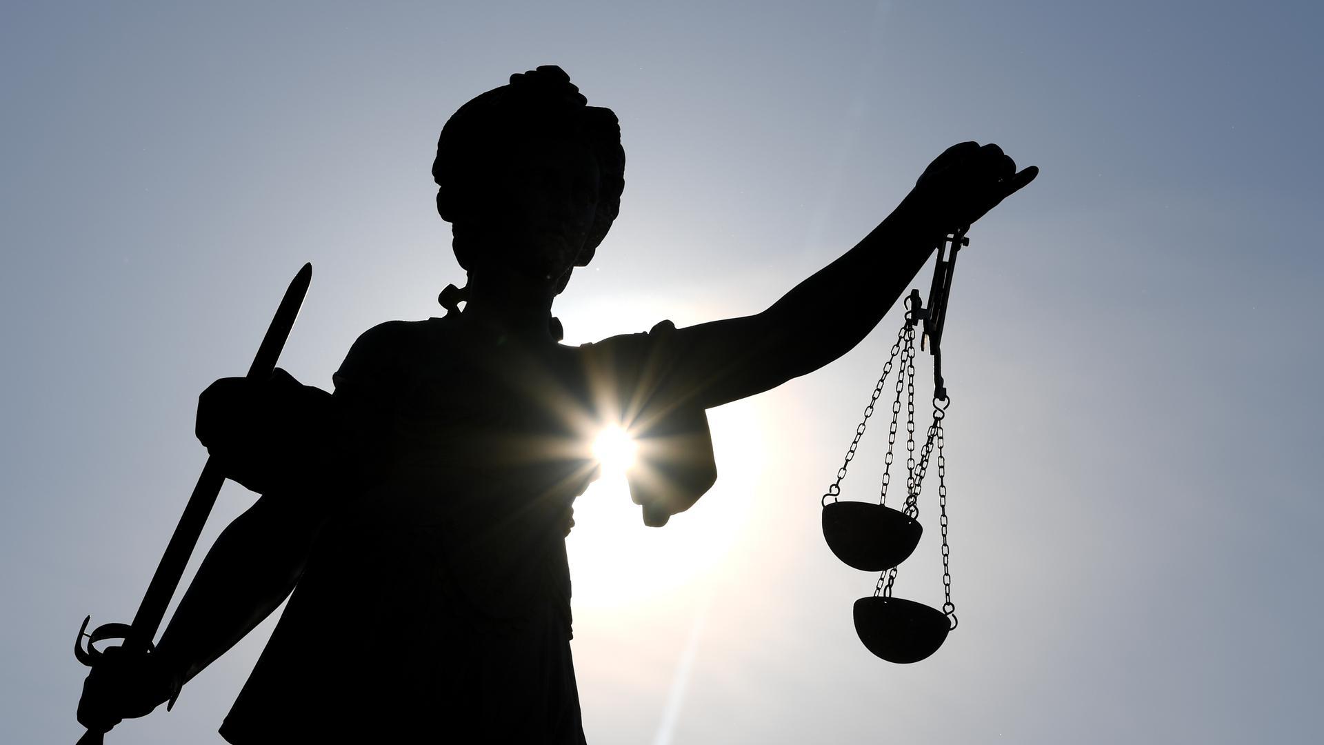 Anklage: Vor dem Karlsruher Landgericht muss sich ein junger Mann aus dem Kosovo für den Tod eines 19-Jährigen verantworten. Die Staatsanwaltschaft wirft ihm Totschlag vor - begangen mit fünf heftigen Messerstichen.