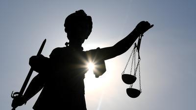 Hauptverhandlung: Ein Arzt muss sich vor dem Amtsgericht Karlsruhe wegen des Vorwurfs der Vergewaltigung verantworten.