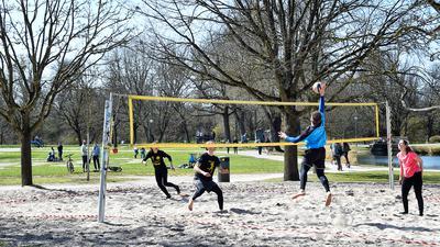 """Auf dem Feld in der Günther-Klotz-Anlage nutzen am Sonntagmittag vier junge Karlsruher das schöne Wetter für das erste """"Match"""" in diesem Jahr."""