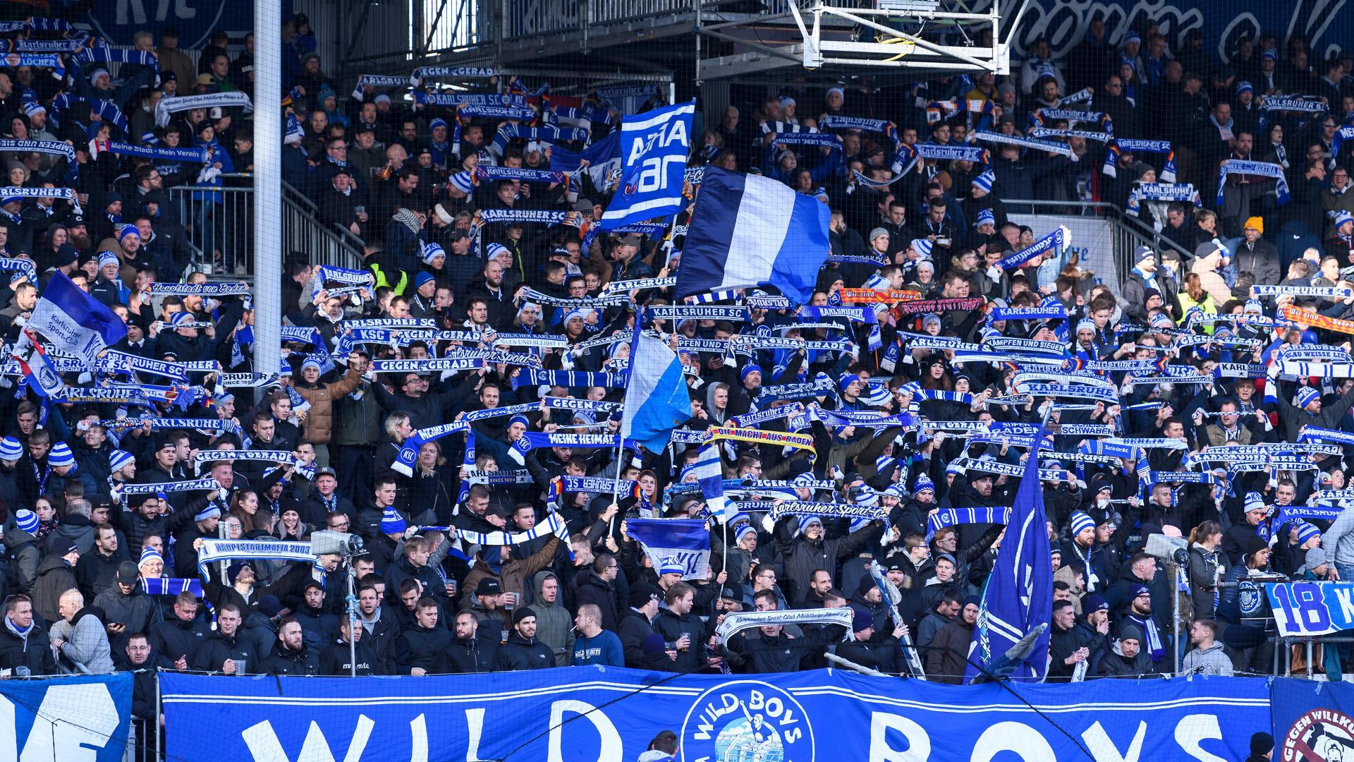 Objekt der Begierde: Wegen Raubs eines KSC-Schals hat das Amtsgericht einen Fan von Hansa Rostock verurteilt.