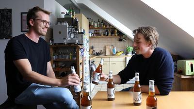 Christoph Hengesbach und Niko Ochs in der WG. Sie stoßen mit der KaLi an.