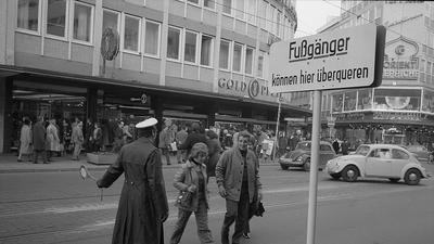 Die Kaiserstraße im Jahr 1971, ein Polizist regelt den Verkehr.