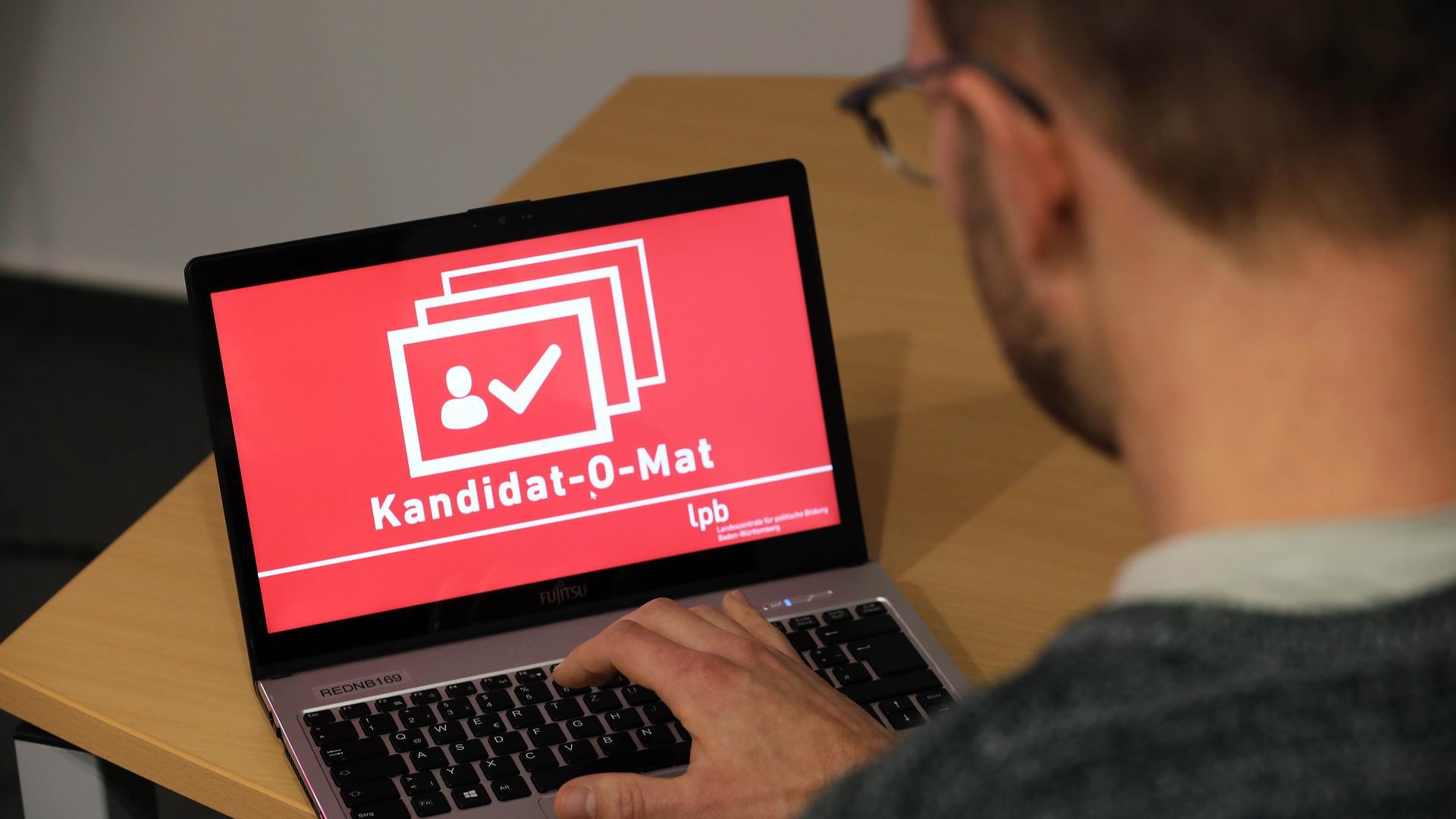Laptop mit der Startseite des Kandidat-O-Mat