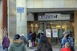 Die Tore öffnen sich wieder: Bei Karstadt und vielen anderen Händlern können Kunden unter der Überschrift Click&Meet auch spontan vor Ort einen Termin zum Bummeln buchen.