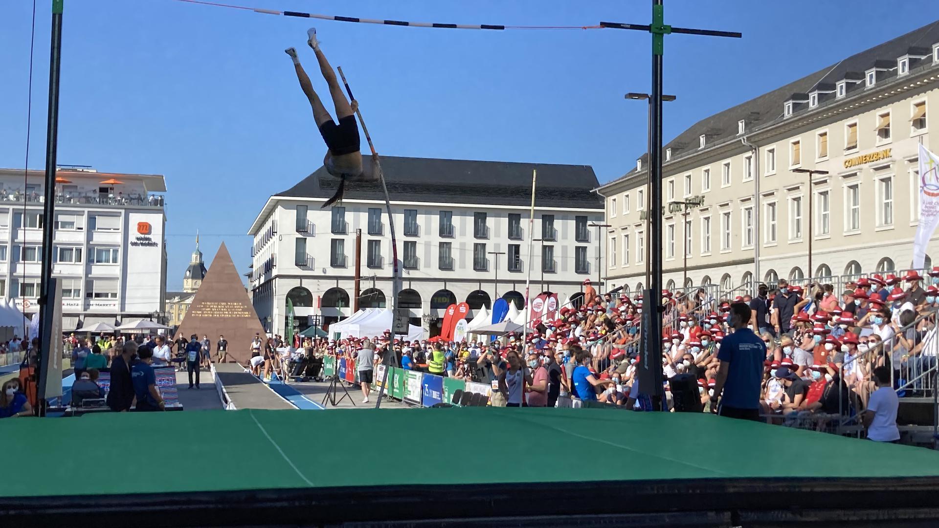 """Hochsprung mitten auf dem Marktplatz: Für die knapp 1.000 Zuschauern war das Event """"Karlsruhe springt"""" Leichtathletik zum Anfassen."""
