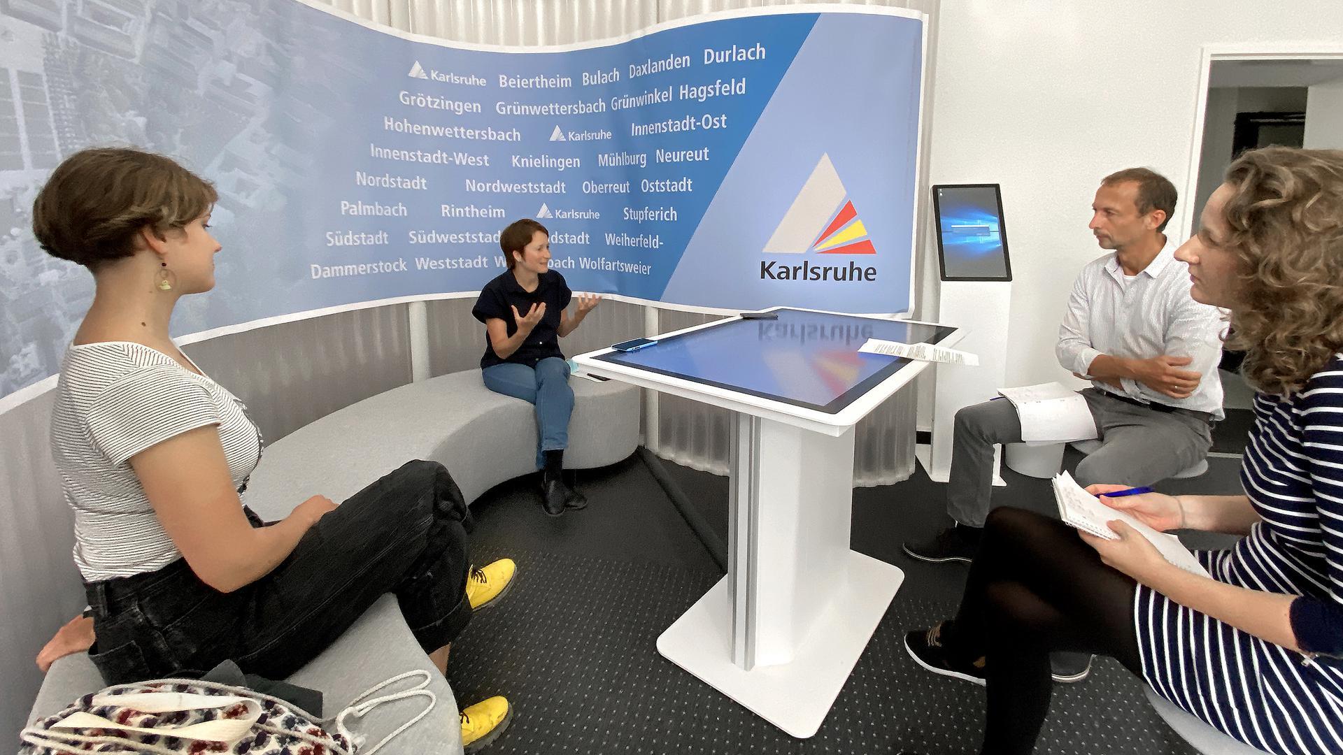 Klima-Aktivistin Annika Kelber und Bürgermeisterin Bettina Lisbach im Gespräch mit den BNN-Redakteuren Gerhard Wolff und Julia Weller (von links).