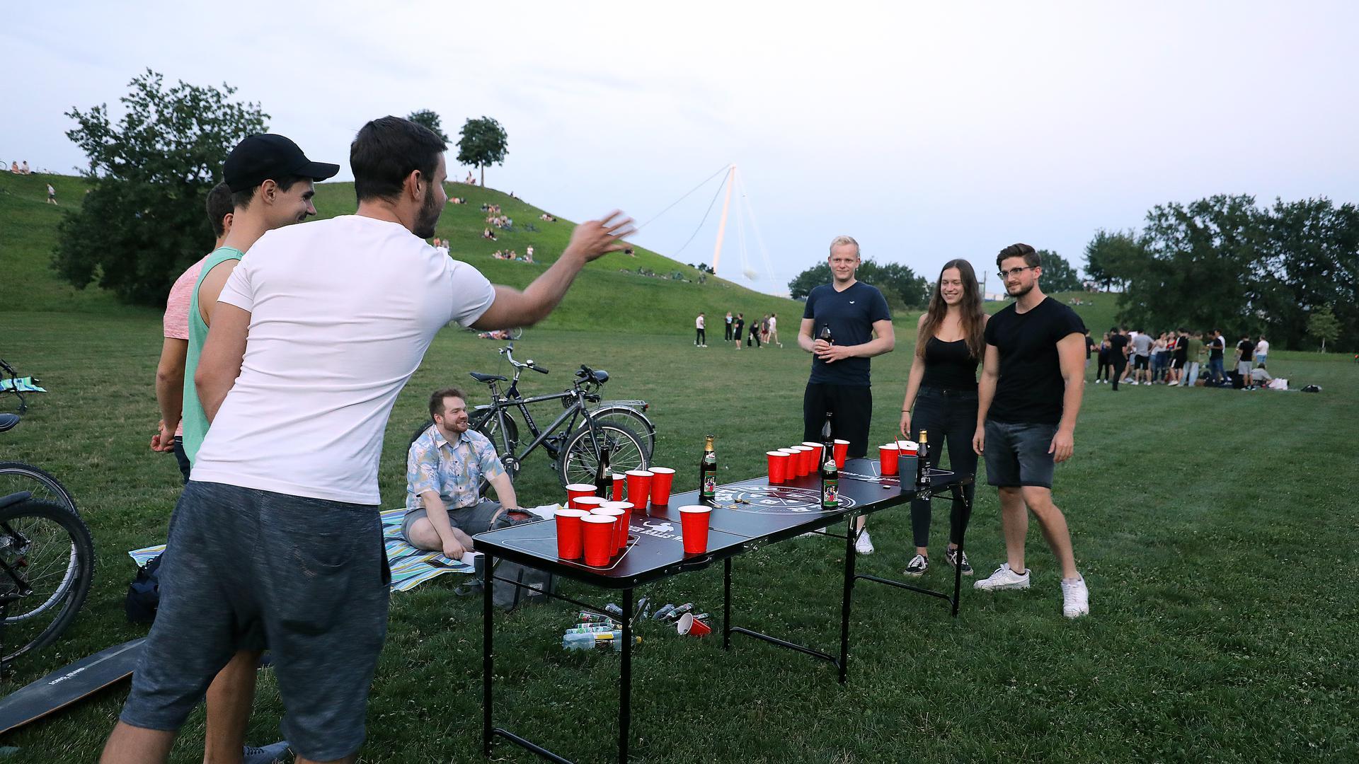 Junge Studenten spielen Beer-Pong in der Günther-Klotz-Anlage.