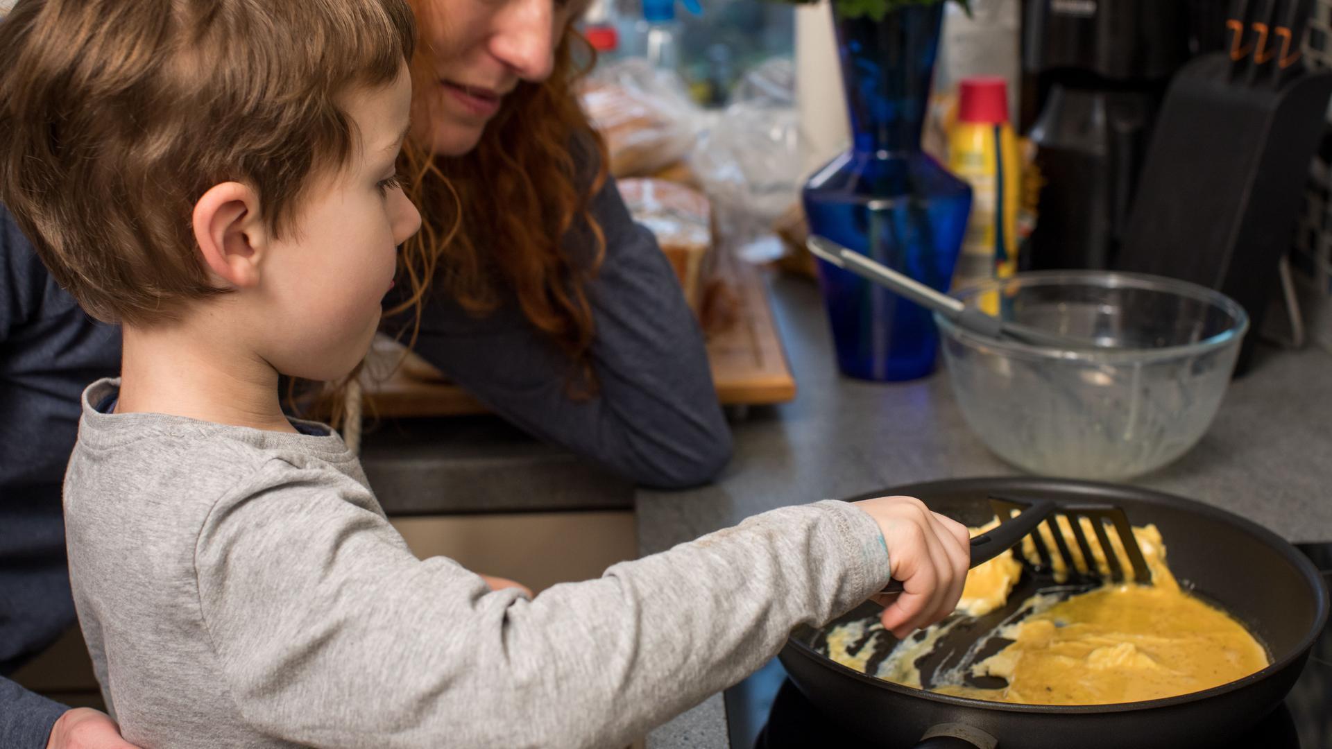 Zum Themendienst-Bericht vom 23. März 2020: Zu Hause gemeinsam kochen: In vielen Familien ist das Alltag. Dabei lassen sich Hygieneregeln gut an Kinder vermitteln.
