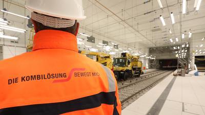 Arbeiter mit einer KASIG-Jacke im Tunnel.