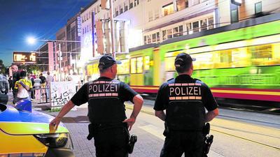 © Jodo-Foto /  Joerg  Donecker// 12.08.2018 Polizeikontrolle-KVV,Foto: Polizei am Europaplatz,                                                        -Copyright - Jodo-Foto /  Joerg  Donecker Sonnenbergstr.4  D-76228 KARLSRUHE TEL:  0049 (0) 721-9473285 FAX:  0049 (0) 721 4903368  Mobil: 0049 (0) 172 7238737 E-Mail:  joerg.donecker@t-online.de Sparkasse Karlsruhe  IBAN: DE12 6605 0101 0010 0395 50, BIC: KARSDE66XX Steuernummer 34140/28360 Veroeffentlichung nur gegen Honorar nach MFM zzgl. ges. Mwst.  , Belegexemplar und Namensnennung. Es gelten meine AGB.