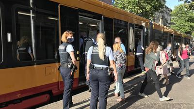 Maskenkontrolle: Mit großem Einsatz versuchen die Verkehrsunternehmen die  Moral  der Corona-Vorsorge in den Bahnen zu steigern.