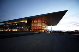 """Außenaufnahme der neuen Oper in Kopenhagen (undatiertes Handout). Nach vier Jahren Bauzeit wird der 350 Millionen Euro teure Prachtbau am 15.01.2005 eingeweiht. In Dänemark gehen die Meinungen zu diesem großzügigen Geschenk auseinander: Während Königin Margrethe II. den Spender Maersk Mc-Kinney Moeller mit dem """"Ritter vom Elefanten"""" ehrte, kritisieren viele die viel zu autoritäre Haltung, mit der der betagte Unternehmer in fast allen Bereichen des Baus seinen Willen durchsetzte. Foto: Lars Schmidt dpa (zu dpa-Reportage: """"Kopenhagens neue Oper: Ein Potentat """"schenkt"""" Dänen seinen Geschmack"""" vom 06.01.2005) +++ dpa-Bildfunk +++"""